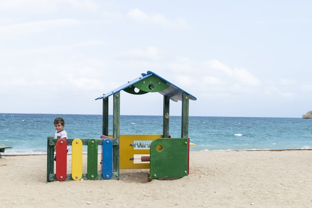 Piccolo bambino che gioca con la sabbia