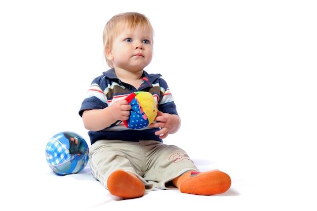 Il piccolo bambino gioca con il giocattolo amato