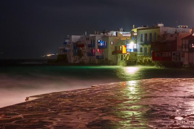 Piccola venezia di notte sull'isola di mykonos, grecia