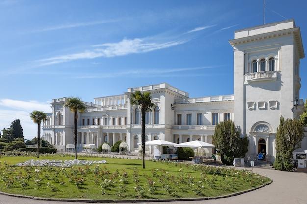 Palazzo livadia con un bellissimo giardino paesaggistico in crimea