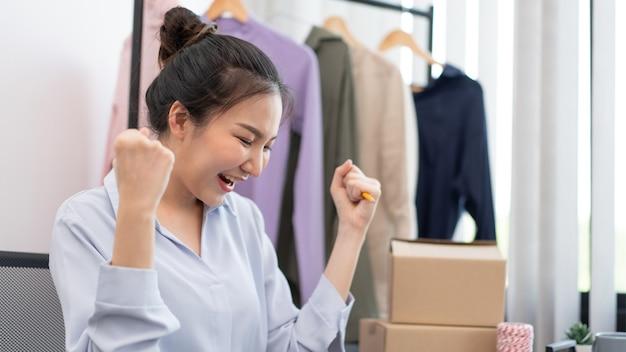 Concetto di shopping dal vivo una venditrice che si sente felice del suo successo dopo che la vendita ha raggiunto l'obiettivo.