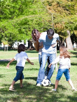 Famiglia vivace che gioca a calcio