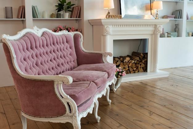 Interno del soggiorno con divano antico e libreria, appartamento moderno