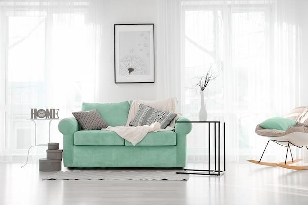 Interiore del salone con comodo divano menta