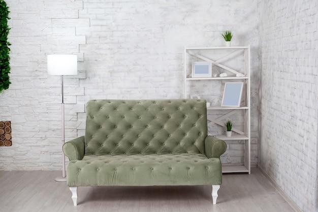Interno soggiorno con divano grigio