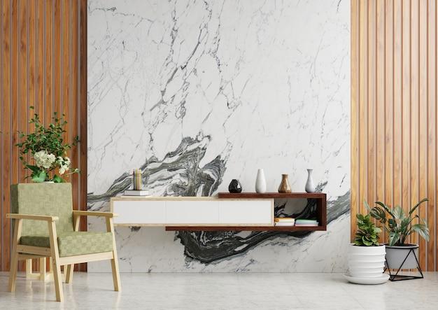 Soggiorno con parete in marmo decorato con mobile porta tv, vasi, poltrona e portavasi a terra