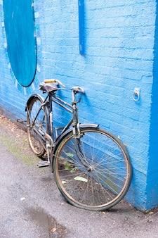 Lnodon, regno unito 22 luglio 20121: elegante bicicletta blu retrò isolata su sfondo blu muro, giro in città