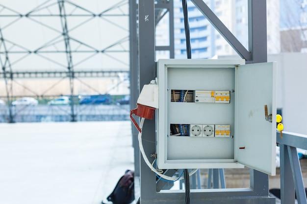 Centro di carico, interruttore elettrico con sfondo nero