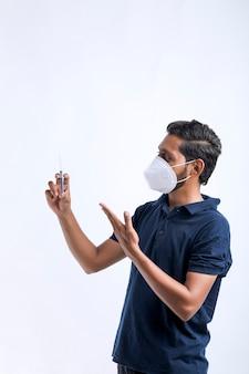 Caricamento dell'iniezione in una siringa per la medicazione del paziente.