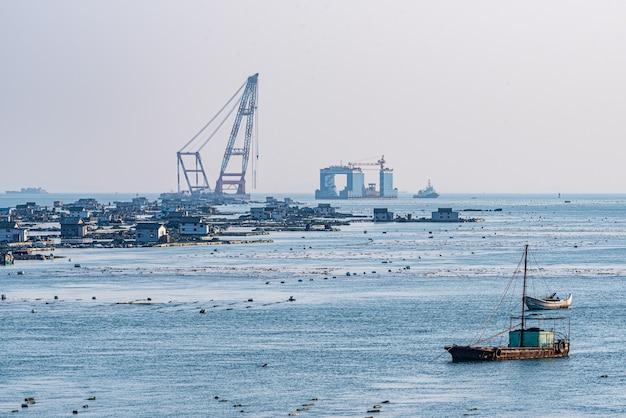 Carico e scarico attrezzature e allevamenti in riva al mare wharf