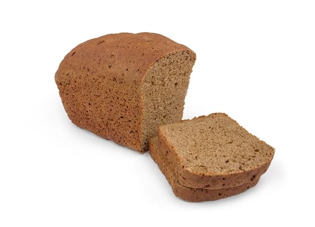 Pagnotta di pane russo isolato su bianco.