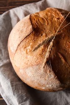 Pagnotta di pane fresco sul tavolo