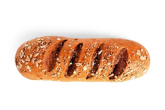 Una pagnotta di farina di segale con crusca isolata su uno sfondo bianco. foto di alta qualità