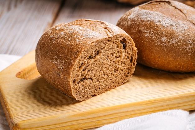 Pagnotte di pane di segale sulla tavola di legno