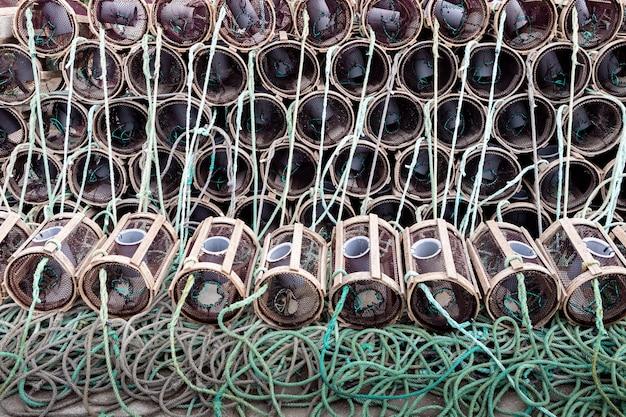 Scatole di aragoste e granchi in un porto spagnolo