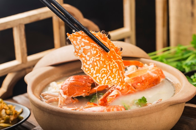 Aragosta congee di frutti di mare in casseruola