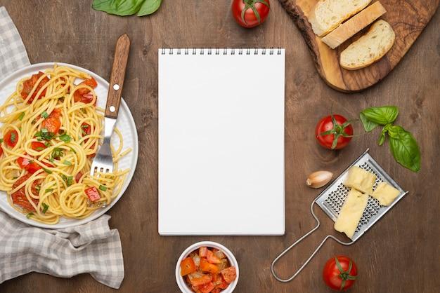 Disposizione del pasto di cibo locale con blocco note