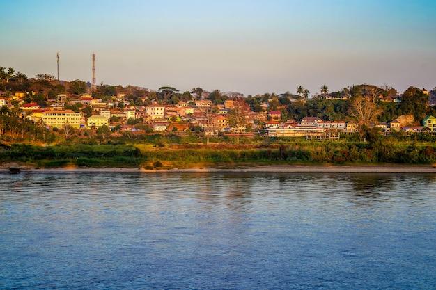 Valle del laos locale accanto al fiume khong sul gradino del terreno.