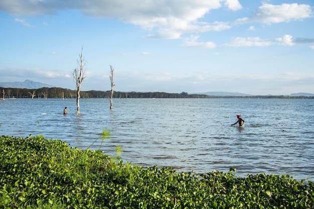 La popolazione locale pesca sul lago naivasha. kenya