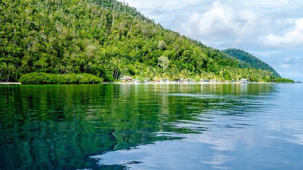 Villaggio locale sull'isola di monsuar. raja ampat, indonesia, papua occidentale