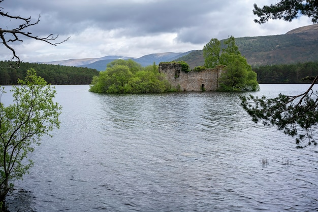 Loch an eilein castle vecchio castello del lupo di badenoch su un'isola della scozia