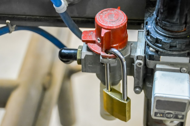 Blocca fuori tag. blocca la fonte di energia pericolosa. etichetta di blocco dell'isolamento della valvola di processo dell'aria compressa.