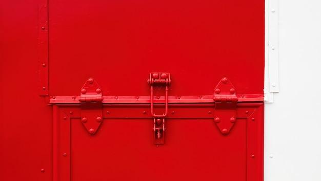 Sistema di chiusura su piastra metallica nei colori rosso e bianco
