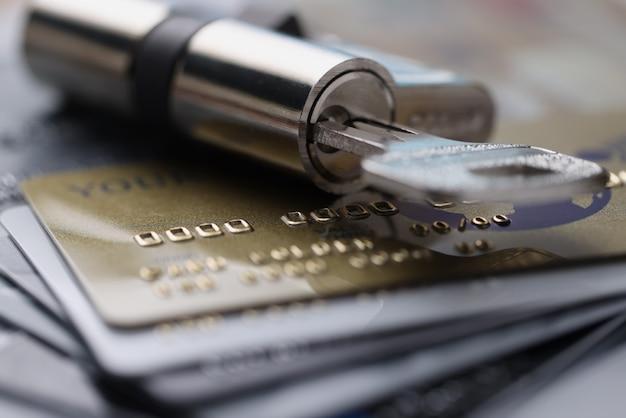 Serratura con poggia chiavi su carte di credito in plastica
