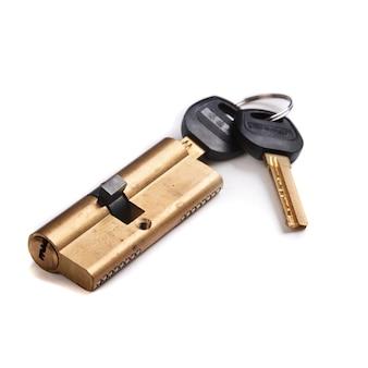Serratura con chiavi su uno sfondo bianco