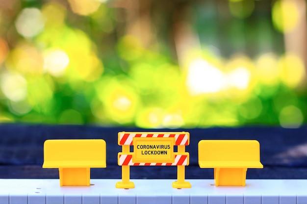 Lockdown quarantena covid divieto di segno banchi vuoti strada vuota