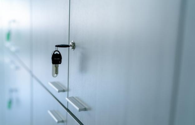 Armadietto con chiave nella stanza dell'ufficio serratura per schedario con chiave per sicurezza e sistema di sicurezza