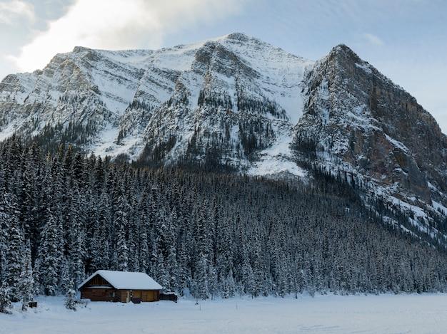 Lodge con montagne in inverno neve, lake louise, parco nazionale di banff, alberta, canada