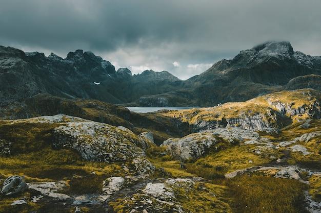 Isole lofoten in norvegia. paesaggio autunnale di montagna.