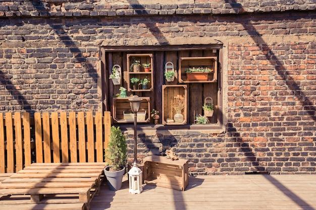Loft giardino design della veranda. decorazioni in legno. piante verdi