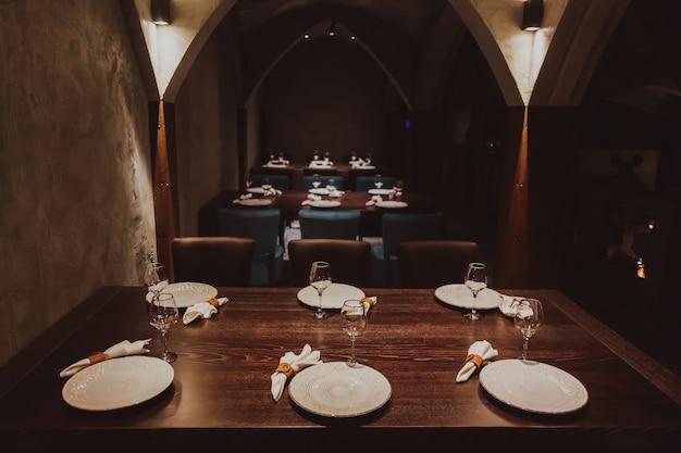 Loft interno del ristorante. confortevole sala da pranzo moderna