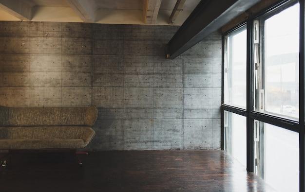 Interni soppalcati con divano in grigio. appartamento brutale