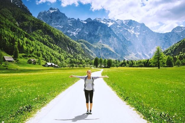 Valle di logar o logarska dolina slovenia europa escursionismo donna sulla natura