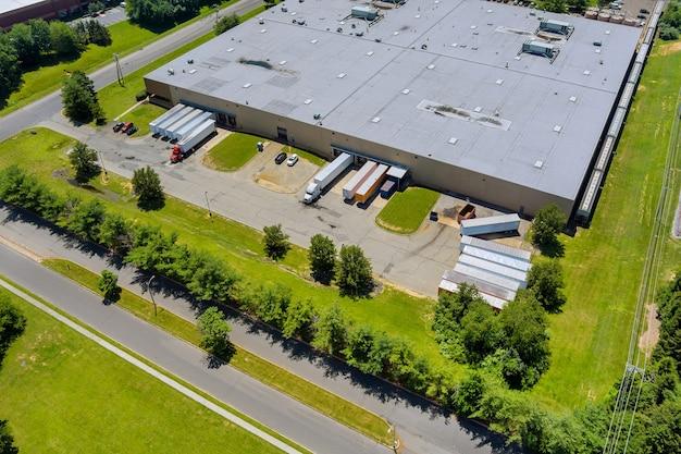 Terminale merci di trasporto logistico di grandi e moderni capannoni industriali