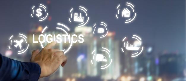 Logistica aziendale collegamento della tecnologia aziendale in tutto il mondo per l'importazione e l'esportazione. uomo d'affari toccando l'interfaccia dello schermo virtuale dell'icona del business digitale.