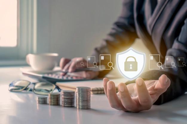 Sistema immunitario di icona del logo che protegge i documenti nelle mani del concetto di sicurezza della gestione dei documenti finanziari di persone di affari.