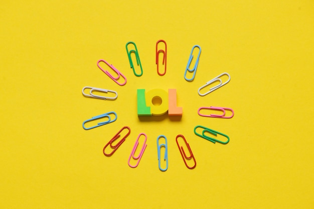Lol lettere su giallo