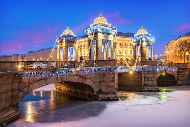 Ponte lomonosov sul fiume fontanka e decorazioni di capodanno nel cielo di san pietroburgo