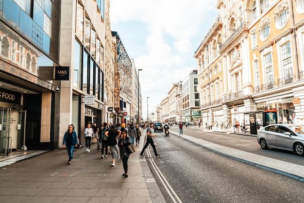 Londra, inghilterra -2 set 2019: la famosa oxford circus con oxford street e regent street in una giornata intensa a londra, regno unito