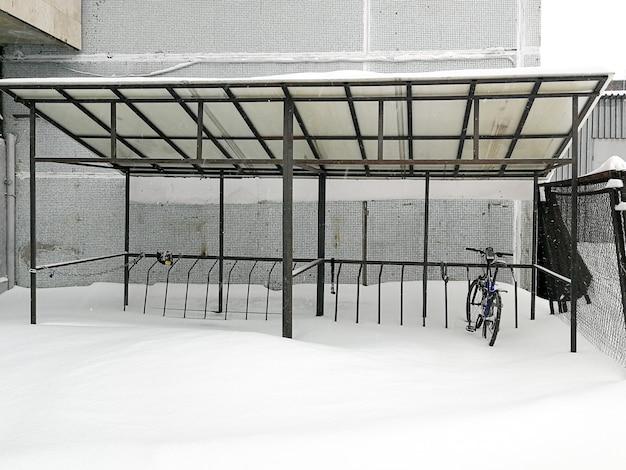 Bici solitaria nel parcheggio bici in inverno