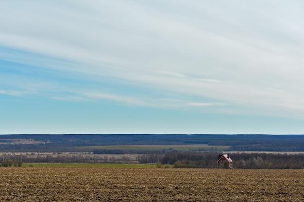 Casa solitaria in un vasto campo
