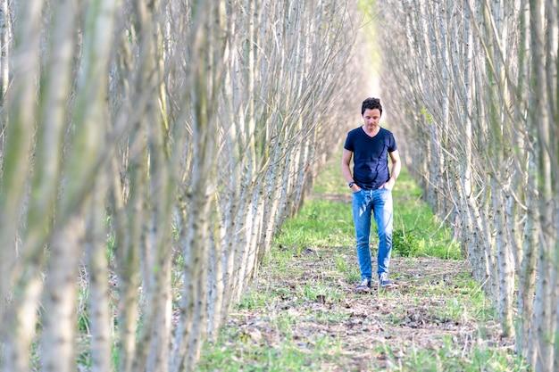 Uomo solo in una passeggiata nella foresta