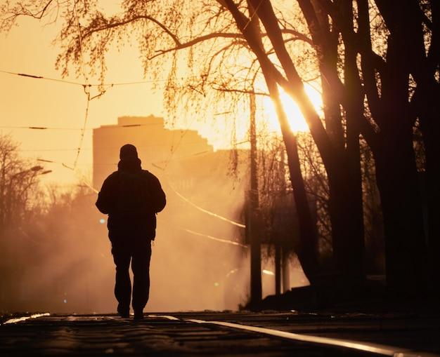 Uomo solitario per strada.