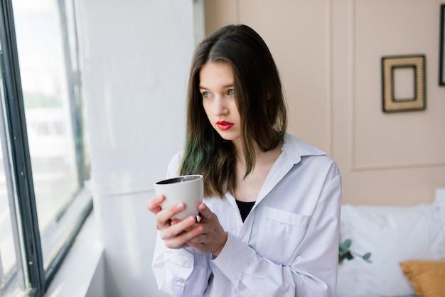 Donna triste sola nel profondo dei pensieri a casa, depressiva