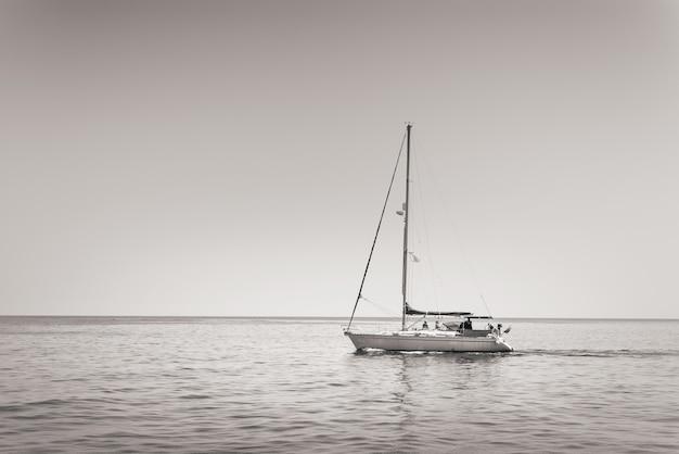 Barca a vela solitaria in un mare calmo