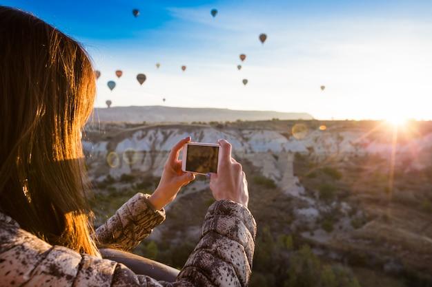 Viaggiatore solitario guardando in cappadocia